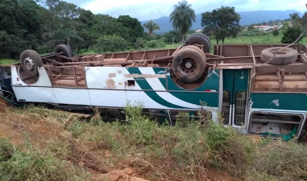 Ônibus desgovernado atropela moto, capota e deixa mortos e feridos em Carnaíba de Pindobaçu